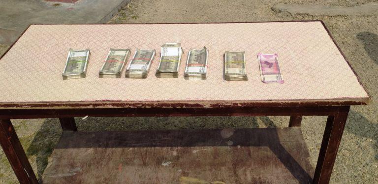 बाटोमा फालेको झोला खोलेर हेर्दा सशस्त्र प्रहरीले फेला पार्यो ३ लाख भारु