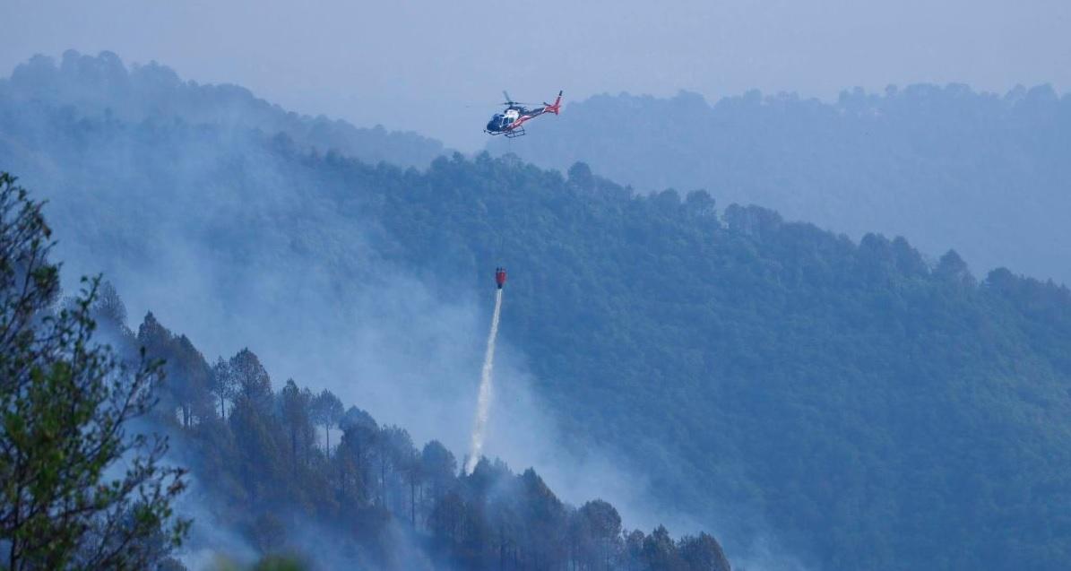 हेलिकोप्टरबाट पानी खन्याएर निभाउन थालियो नागार्जुन जंगलको आगो