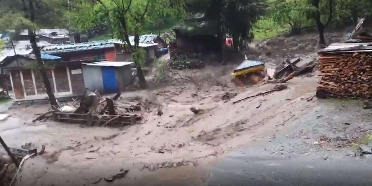 मनाङमा बाढीले ६ घर बगायो : मानवीय क्षति भने भएको छैन, प्रहरी कार्यालय नै डुबानमा